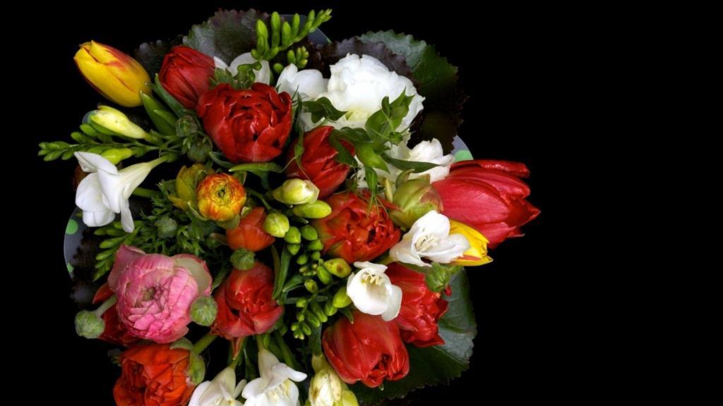 Фрезия в букете цветов.